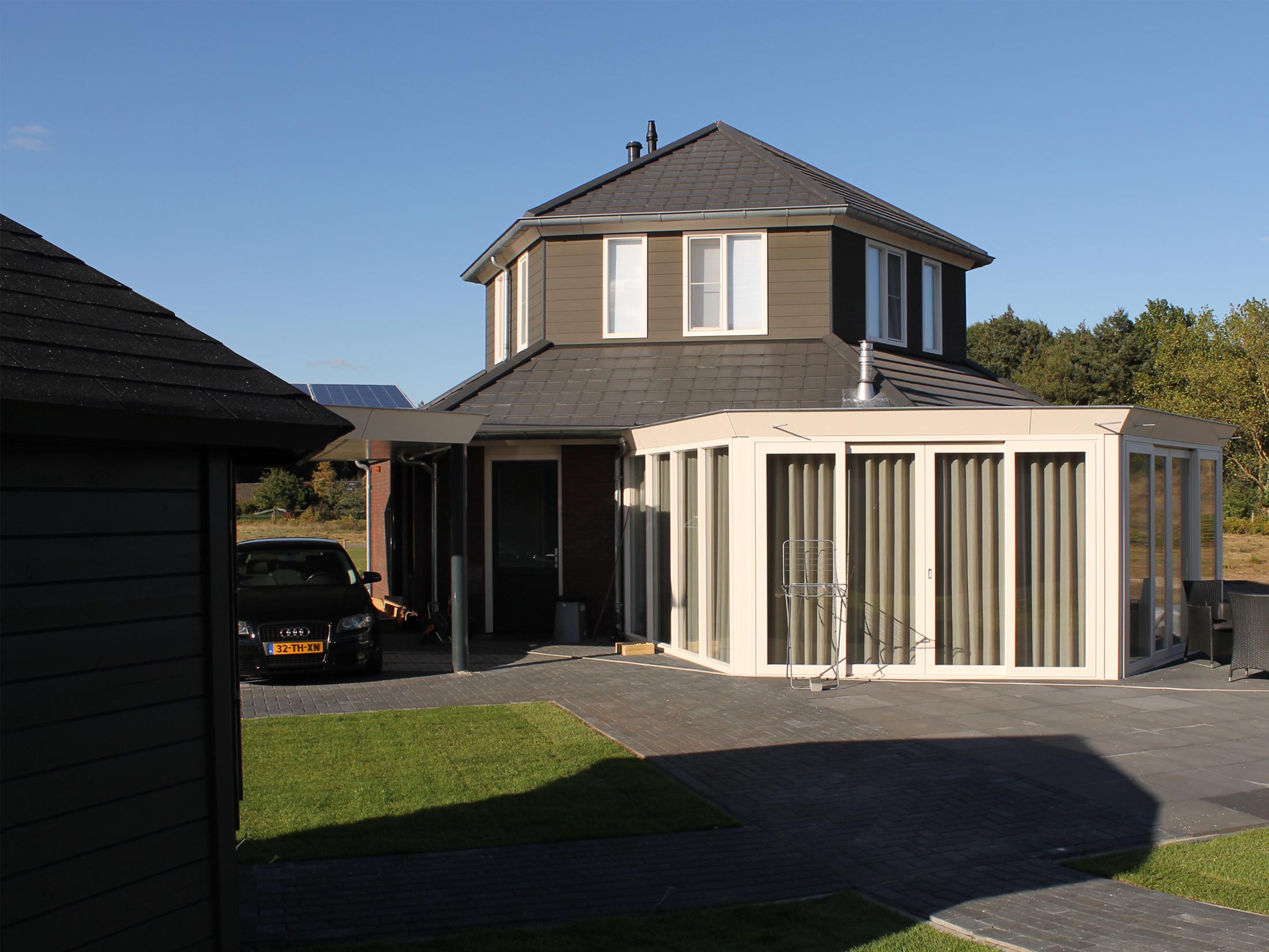 Een in prefab houtskeletbouw uitgevoerd zeskantig woonhuis op park Maashorst te Uden.